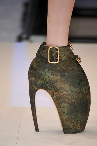 Alexander-McQueen-Detail-spring-fashion-2010-014_runway