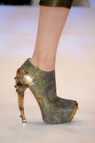 Alexander-McQueen-Detail-spring-fashion-2010-028_runway